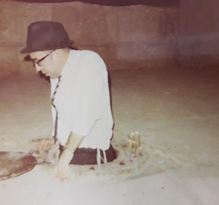 """Rabino Zvi Aryeh Rosenfeld z """"l en la tumba de Shmuel Hanavi, el Profeta Samuel."""