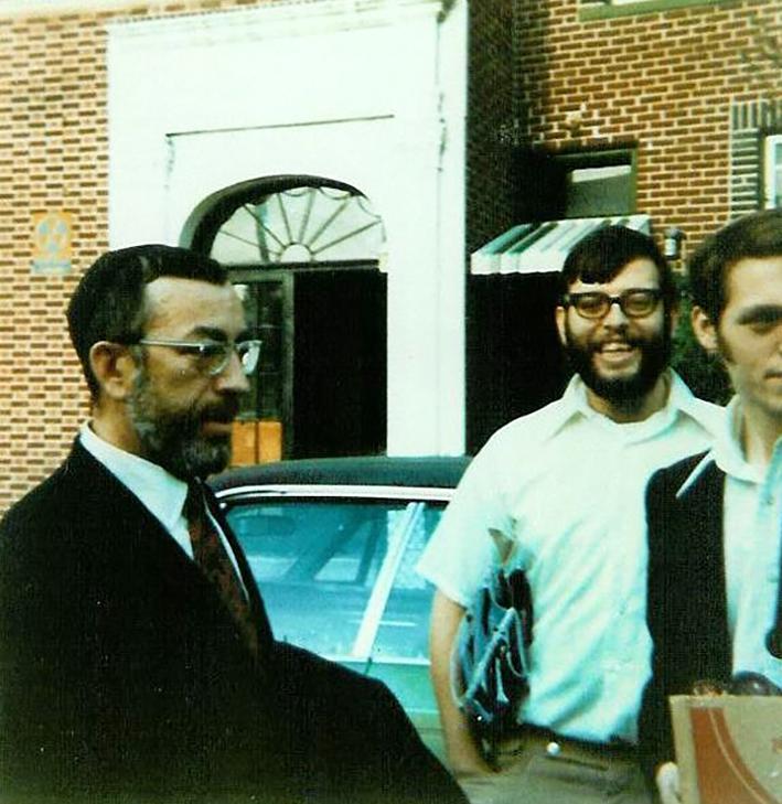 """El rabino Zvi Aryeh Rosenfeld z """"l en los EE. UU. Con sus estudiantes"""