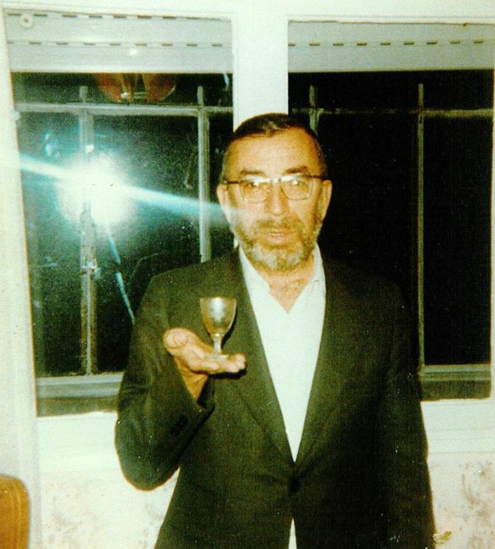 "El rabino Zvi Aryeh Rosenfeld z ""l sosteniendo la copa Kidush original que pertenecía a Rebe Najman"